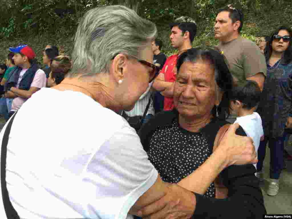 Familiar de víctima de la masacre de 'El Junquito' llora en entierro de su ser querido el 20 de enero de 2018 en Caracas, Venezuela.