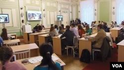 俄羅斯托木斯克大學孔子學院舉行的一場有關中國問題的討論會,2013年11月。(美國之音白樺拍攝)