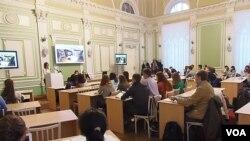 俄羅斯托木斯克大學孔子學院舉行的一場有關中國問題的討論會,2013年11月 (美國之音白樺拍攝)