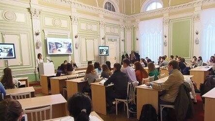 俄罗斯托木斯克大学孔子学院举行的一场有关中国问题的讨论会,2013年11月。(美国之音白桦拍摄)