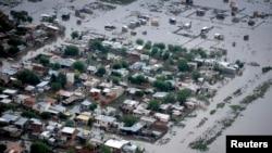 La emergencia por las inundaciones en La Plata, Argentina, han dejado centenares de damnificados.