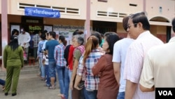 A scene at a polling station in Kampong Cham town, northeast of Cambodia's capital Phnom Penh, file photo. (Heng Reaksmey/VOA Khmer)