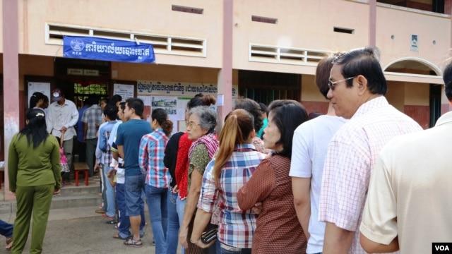 Cử tri xếp hàng chờ bỏ phiếu tại thị trấn Kampong Cham, phía đông bắc của thủ đô Phnom Penh (Ảnh: Heng Reaksmey/VOA Khmer)