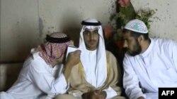 Hamza bin Laden (tengah) dalam foto yang diambil dari gambar video yang dirilis Badan Intelijen Pusat AS (CIA), pada 1 November 2017. (Foto: AFP)