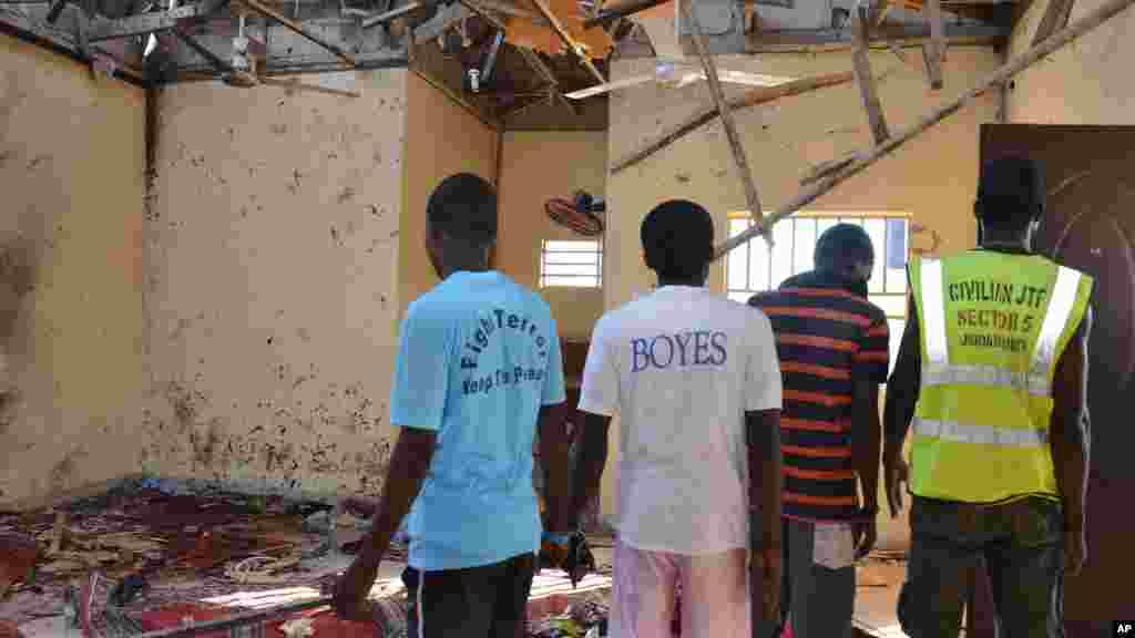 Mutane cikin masallacin da bom ya fashe a Maiduguri Najeriya, 23 Oktoba, 2015.