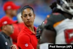 Maral Javadifar salah satu dari dua perempuan yang menjadi asisten pelatih Tampa Bay Buccaneers.