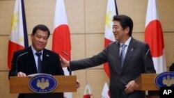 아베 신조 일본 총리(오른쪽)와 로드리고 두테르테 필리핀 대통령이 26일도쿄에서 정상회담에 이어 공동 기자회견을 하고 있다.