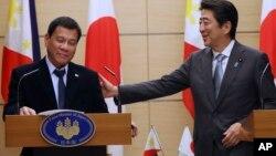 Duterte se reunió con el primer ministro japonés, Shinzo Abe, quien ha subrayado los fuertes vínculos con Washington.