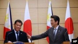 Perezida Rodrigo Duterte wa Filipine na Ministiri w'intebe w'Ubuyapani Shinzo Abe mu kiganiro n'abanyamakuru