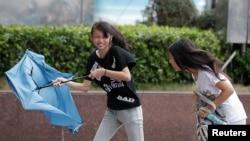 Bão Phượng Hoàng ập vào Đài Loan hôm 21/9, mang theo mưa to gió lớn.