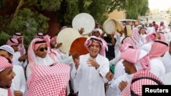 Saudi youths dance as they celebrate Eid al-Fitr in Riyadh, Aug. 19, 2012.