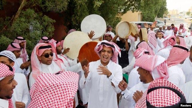 Saudi youths dance as they celebrate Eid al-Fitr in Riyadh, Aug. 19, 2012.