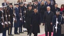 جو بایدن، معاون رییس جمهوری آمریکا و هو جیان تائو، رییس جمهوری چین در پایگاه هوایی آندورز - ۱۸ ژانویه ۲۰۱۱