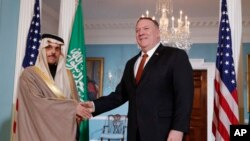 Arxiv surat. Pompeo Saudiya Arabistoni Tashqi ishlar vaziri Farxon al-Saud bilan Vashingtonda ko'rishmoqda, 12-fevral, 2020-yil