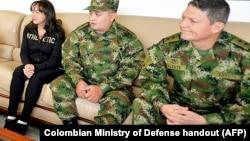 El General Rubén Alzate, derecha, el cabo primero Jorge Rodríguez, centro, y la abogada Gloria Urrego fueron liberados por las guerrillas de las FARC.