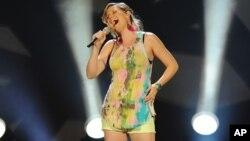 Jennifer Nettles canta como parte de Sugarland. Ahora inicia su carrera de solista.