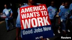 Para pekerja AS melakukan unjuk rasa di kota Charlotte, North Carolina pada hari buruh tahun lalu (foto: dok).