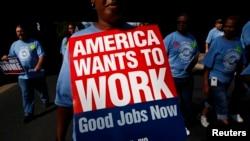 """Una manifestación con rótulo de """"Estados Unidos quiere trabajar"""". 175 mil nuevos empleados fueron creados en mayo."""
