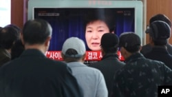 Travelers at the Seoul Railway Station watch a live broadcast of South Korean President Park Geun-hye's address in Seoul, South Korea, Nov. 4, 2016. Park took sole blame for a scandal that threatens her government.