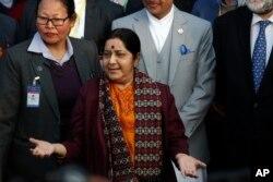 지난 1일 네팔 카트만두를 방문한 수슈마 스와라지 인도 외무장관(가운데)이 트리뷰완국제공항에 도착해 기자들의 질문에 답하고 있다.