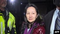 孟晚舟2018年12月11日获得保释后离开加拿大一家法庭(CTV/AFP)