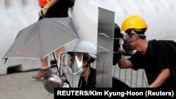Demonstranti koriste opremu ručne izrade štiteći se od suzavca