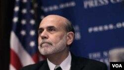 Ben Bernanke dijo que las tasas de interés deben mantenerse bajas para promover el crecimiento y reducir el desempleo.