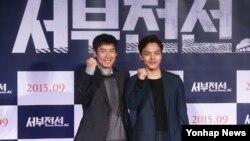 영화 '서부전선'의 주연배우 설경구(왼쪽)와 여진구가 25일 서울에서 열린 영화 제작보고회에서 포즈를 취하고 있다.