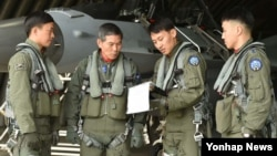 정경두 한국 공군참모총장(왼쪽 두번째)이 10일 대북 정찰비행 전 RF-16 항공기 앞에서 조종사들과 임무브리핑을 하고 있다.