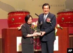 马英九总统颁赠两岸和平特殊贡献奖给辜振甫,由辜振甫遗孀辜严倬云女士领取。