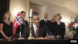 El presidente Obama firmó el libro de condolencias en la embajada de Noruega en Washington, a donde asistió junto al vicepresidente, Joe Biden.