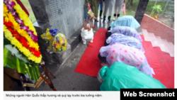 Hình ảnh đăng tải trên VnExpress cho thấy một nhóm người Hàn Quốc quỳ sụp trước một tấm bia tưởng nhớ hơn 400 người mà tờ báo này nói là 'thường dân vô tội' trong 'vụ thảm sát của quân đội Đại Hàn tại xã Bình Hòa, huyện Bình Sơn, tỉnh Quảng Ngãi'.