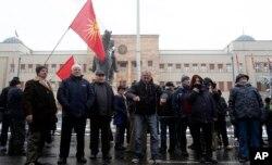 Ljudi okupljeni u protestu protiv izglasavanja ustavnih promena, ispred zdanja makedonskog parlamenta, u Skoplju, 11. januar 2019.