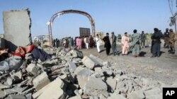 4일 헬만드 주도 라슈카르가의 자살폭탄 공격 현장에 아프간 치안군과 민간인들이 모였다. (자료화면)