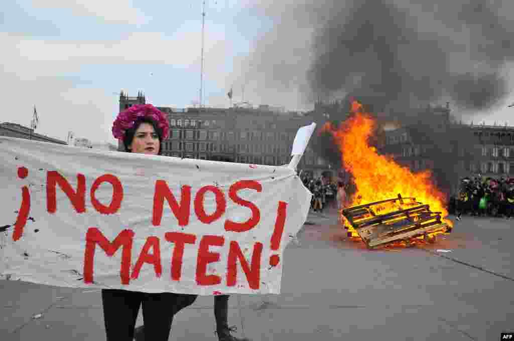"""Mulheres participam em protesto no Dia Internacional da Mulher na Cidade do México, México. 8 de Março 2020. O cartaz diz """"Não nos matem"""", em espanhol"""