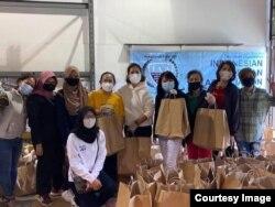 Para relawan berpose sebelum mulai membagikan paket bantuan makanan. (foto: courtesy)