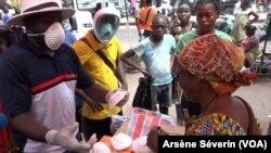 Un marchand opportuniste de masques, au marché Total de Bacongo, à Brazzaville, le 19 mars 2020 (VOA/Arsène Séverin)