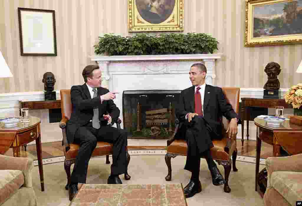 Tổng thống Barack Obama tiếp Thủ tướng Anh David Cameron tại Phòng Bầu dục, Tòa Bạch Ốc, 14 tháng 3 năm 2012. (AP)