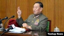 김영철 북한 정찰총국장이 지난 21일 평양 인민문화궁전에서 북한 주재 외교관들과 외신 기자들을 상대로 긴급 통보모임(브리핑)을 열고 북한의 포탄 도발을 전면 부인하고 있다.