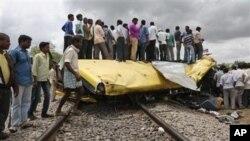 Warga setempat memeriksa lokasi kecelakaan bus sekolah yang nahas di kota Medak, negara bagian Telangana, India selatan (24/7).