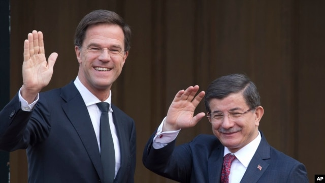 Turkish Prime Minister Ahmet Davutoglu (r) and his Dutch counterpart Mark Rutte in The Hague, Netherlands, Feb. 10, 2016.