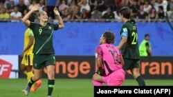 Les attaquantes australiennes Caitlin Foord (G) et Samantha Kerr après leur 4e but lors du match Jamaïque / Australie de la Coupe du Monde Féminine de Football le 18 juin 2019 à Grenoble en France.