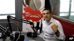 알렉시스 치프라스 그리스 총리가 29일 아테네의 라디오 방송에서 인터뷰를 하고 있다.