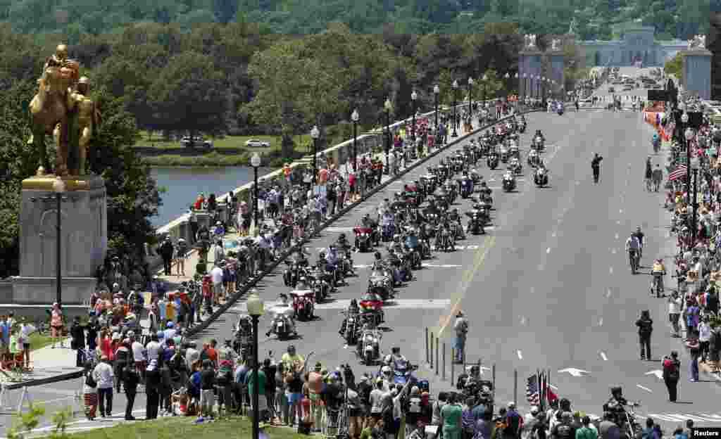 واشنگٹن میں ہر سال کی طرح میموریل ڈے کے موقع پر موٹر سائیکل پر سوار ہزاروں افراد نے رولنگ تھنڈر نام کی سالانہ ریلی میں شرکت کی۔