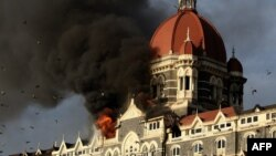 Khói lửa bốc lên từ khách sạn Taj Mahal ở Mumbai ngày 27/11/2008