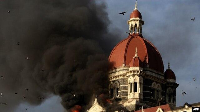 Lửa và khói đen phun ra từ khách sạn Taj Mahal ở Mumbai, ngày 27 /11/2008