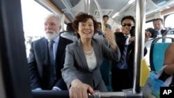 2013年5月1日,比亚迪美国公司总裁李柯和加州兰卡斯特市长帕里斯在宣布中国的比亚迪公司在加利福尼亚州南部兰卡斯特开设电动巴士工厂的仪式上坐上一辆全电动的巴士。
