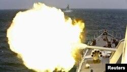 Корабль ВМФ Китая ведет огонь в ходе российско-китайских военно-морских учений
