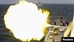 Sebuah kapal AL China menembakkan meriam dalam latihan militer di Laut China Timur di dekat Shanghai (foto: dok). China kembali melakukan latihan militer di Laut China Selatan pekan ini.