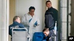 Polisi Jerman menggeledah barang-barang bukti di sebuah apartmen di Oberursel, Kamis (30/4).